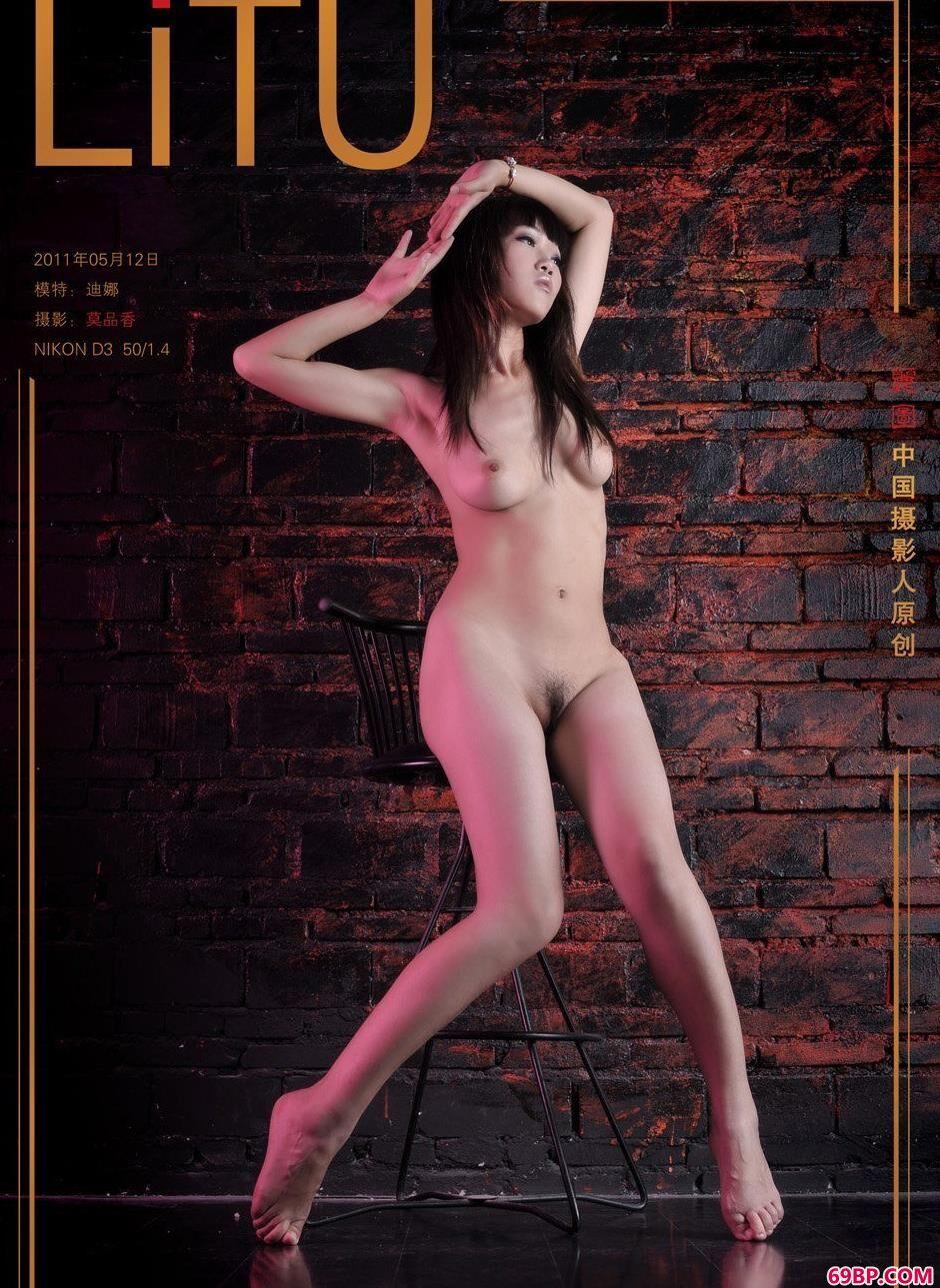 名模迪娜地下室内的丰腴人体