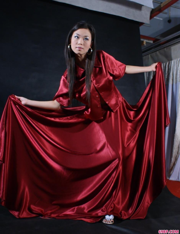 超模迪薇写真棚里的红裙美体