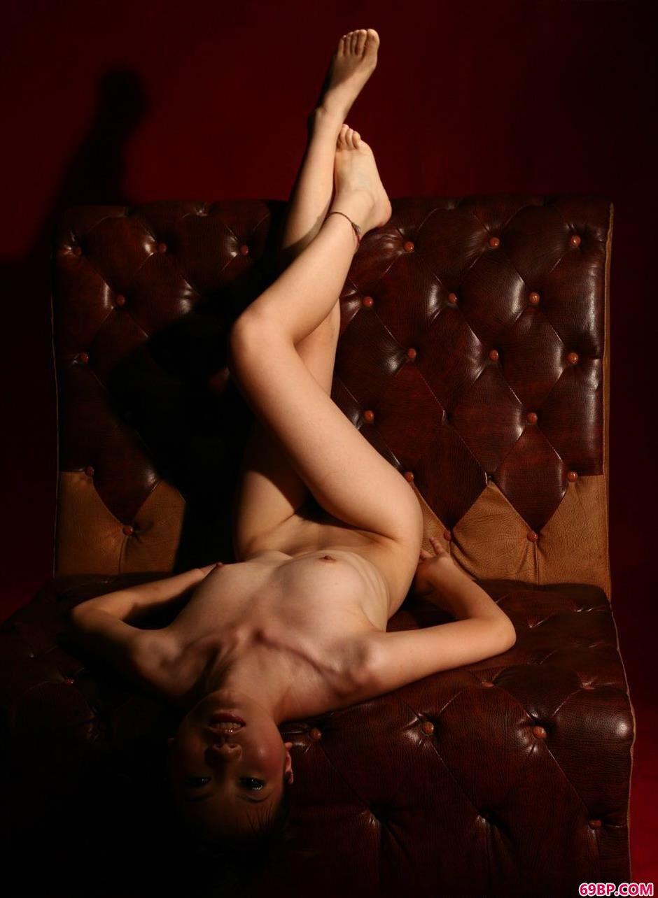 名模嘉嘉真皮沙发上的魅惑人体2