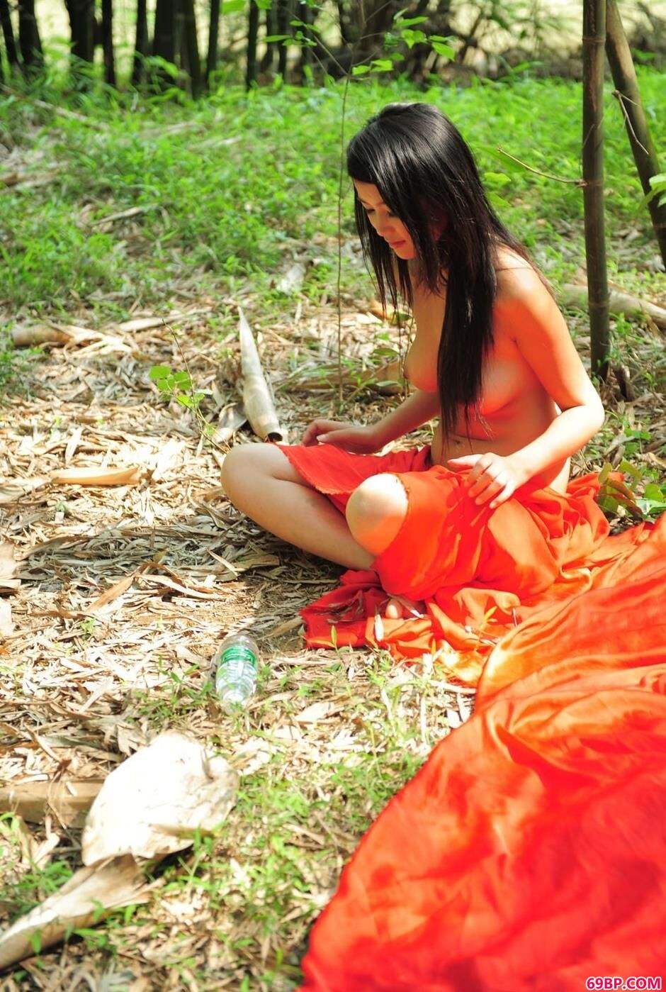 靓妹莉莉在竹子下的风情美体