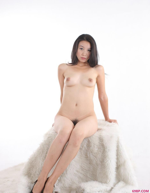 金灵白色背景棚拍毛毯上的人体3