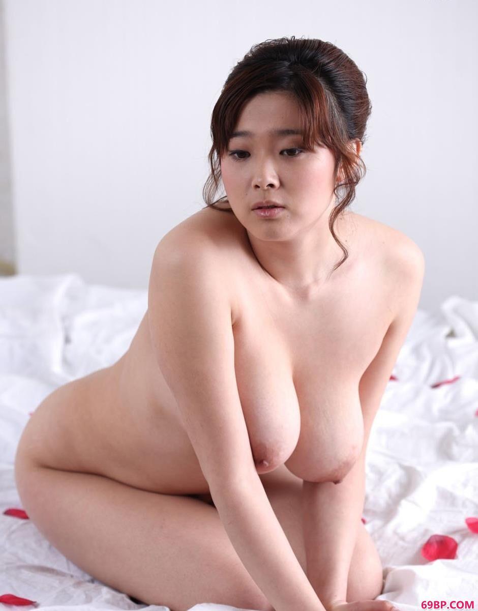 大波美人冰漪玫瑰花瓣的床上人体2