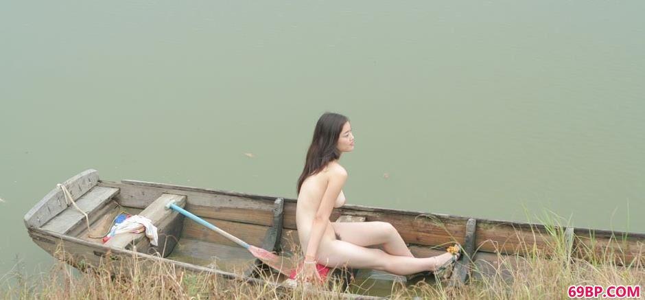 超模小游在湖上小船上的勾魂美体1