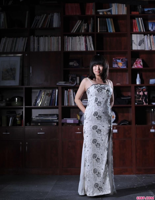 名模蓝雅琦藏书室内的旗袍人体