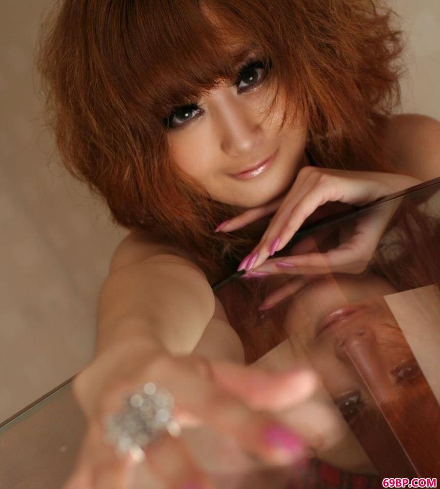 坐在玻璃桌上的妹子超模Yumi2_女人做过夜场毁终身