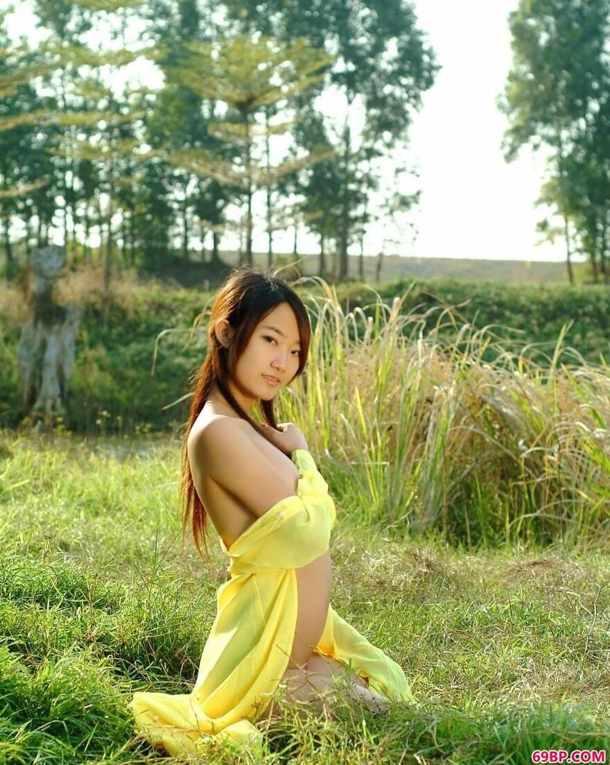 春天外景拍摄名模糖糖2_隔着衣服捏着她的奶头