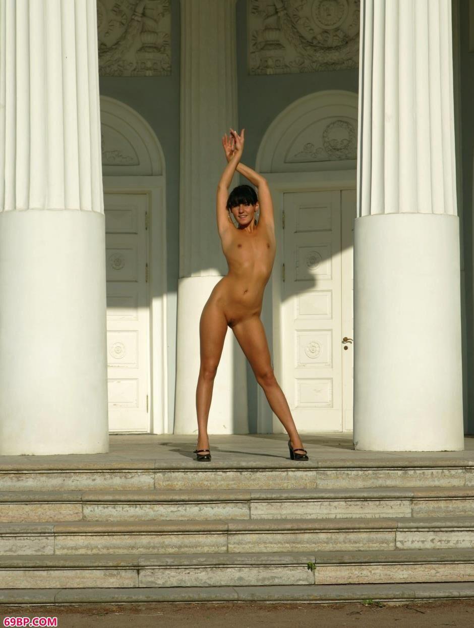 裸模Anna石柱前的风骚人体_护士的下面又紧又湿又热