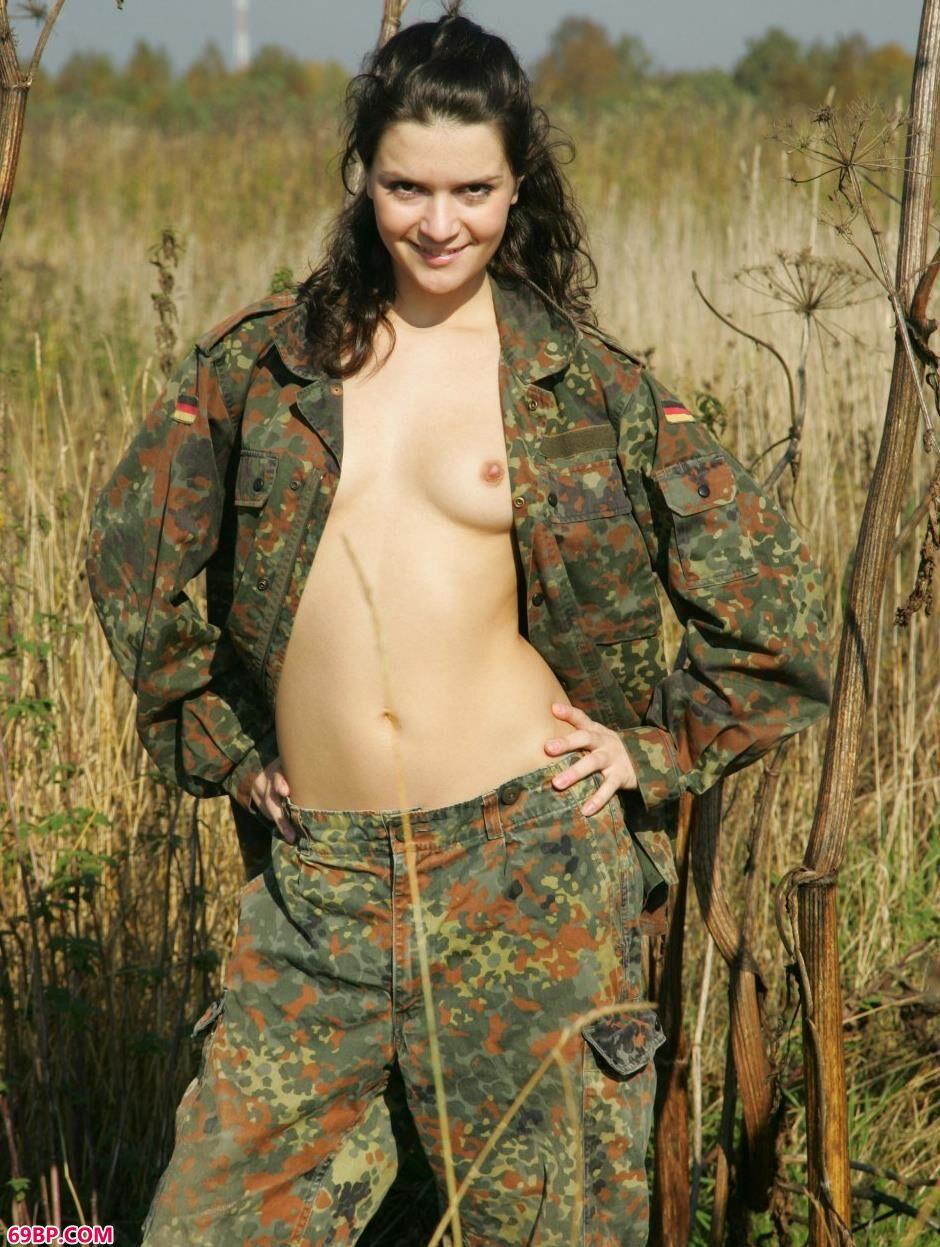 超模Dasha草丛里的妩媚人体