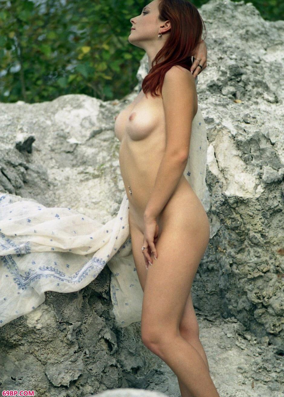 嫩模卡佳Katya岩石上的风骚人体