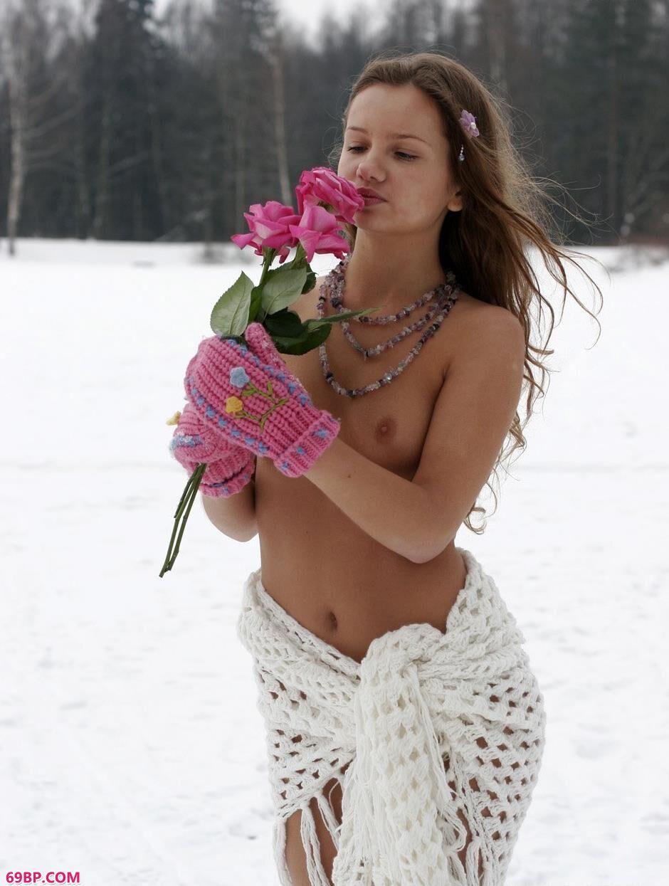 美模克莉斯汀娜雪地上的清凉人体1_西西人体www44rt.net