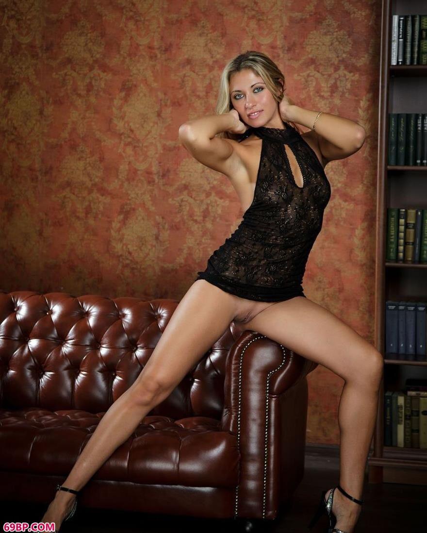 嫩模Taya真皮沙发上的大尺度人体