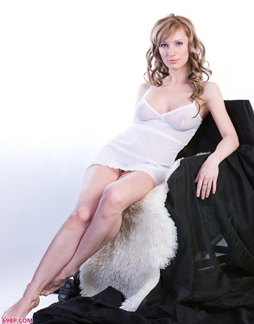 嫩模Olga棚拍椅子上的妩媚人体