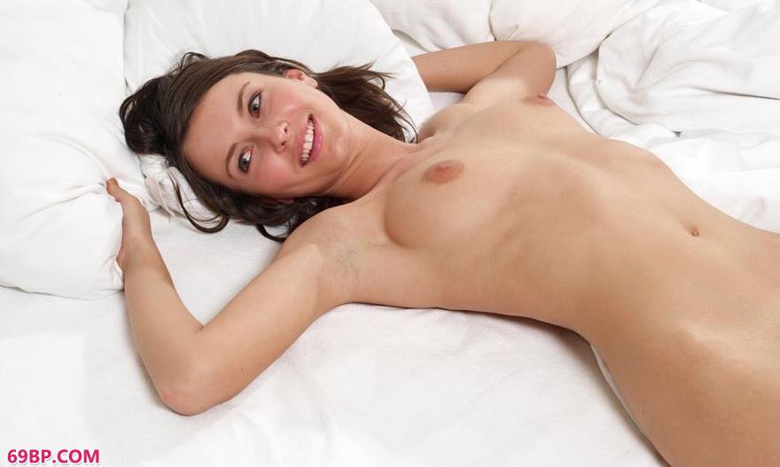 超模葛莱蒂丝在白色床上的艳丽人体