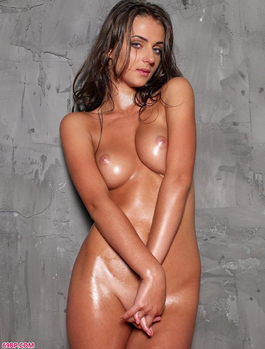 嫩模妮娜在水泥墙边的美体