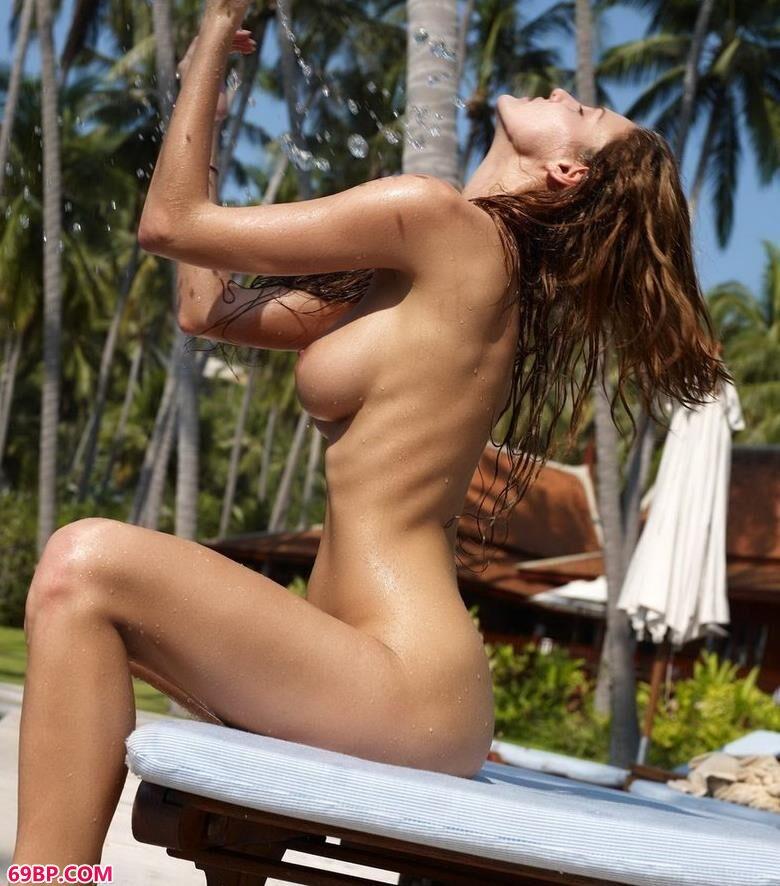 mimi在泰国泳池边的人体